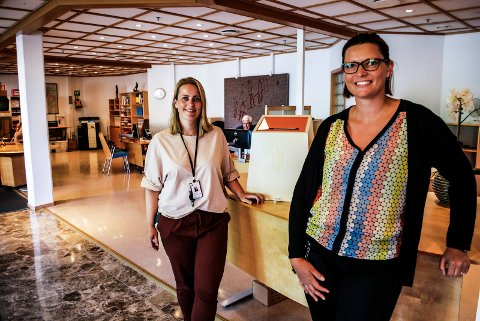 STEMMER FØR VALGET: Ida Odsæter og Lene Gunstrøm i Sarpsborg kommune har foreløpig registrert at 1758 personer har forhåndsstemt i Sarpsborg.