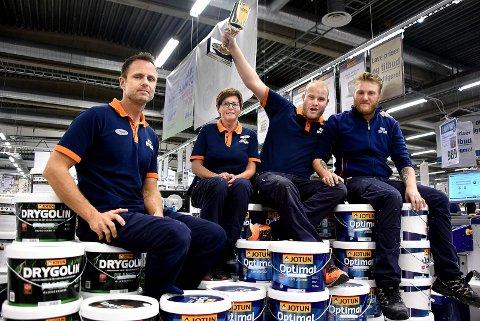 PRIS: Thomas Johannessen (t.v.), Heidi Gunnarstorp, Fredrik Winsvold og Joakim Pinås jubler over prisen  til Obs Bygg på Tunejordet.