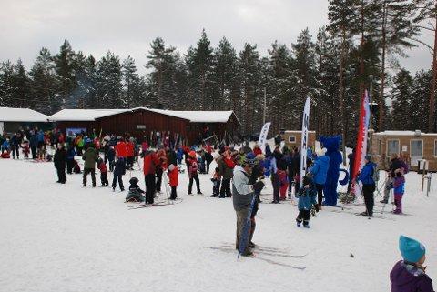 MØTTE OPP: Mange familier tok seg turen til Harehjellshytta for å delta på Kom deg ut-dagen.