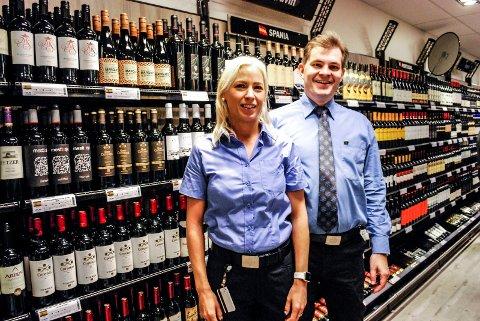 STØRST I BYEN: Stine Halvorsen, vikarierende butikksjef, er overrasket over at vinmonopolet på Amfi Borg allerede er blitt byens største. Her er hun sammen med Steffen Riis Christiansen som er butikksjef, men som i en periode arbeider ved vinmonopolet sentralt.