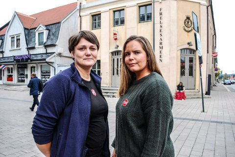 EN TØFF PERIODE: Siv Joenssen og Belinda Andersen i Frelsesarmeen i Sarpsborg forteller om en vanskelig periode nå hvor de mangler mat å dele ut.
