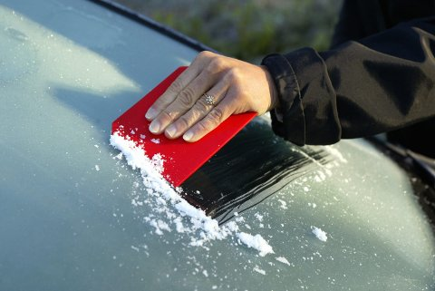 MÅ TAS FREM: Lave nattetemperaturer og lite vind kan føre til frost på bilrutene. Da må sarpingene ta frem isskrapa denne uken.