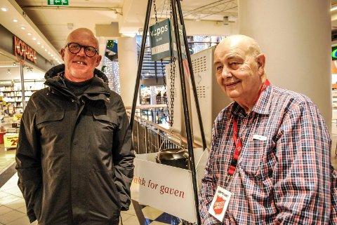 GRYTEVAKTER: Martin Almås og Jan Bäckstrøm stiller opp som grytevakter for Frelsesarmeen.