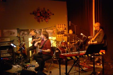 """TOLKET DYLAN: Jonas Groth og bandet tolket flere av Bob Dylans mest kjente låter under den første konserten i serien """"Rockens poeter"""". (f.v Anders Håkensen, Jonas Gorth, Tore Johannes Skauen og Terje Støldal.)"""
