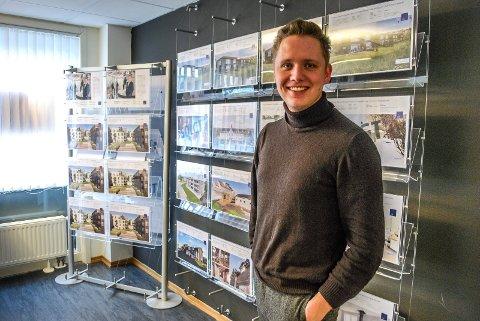 BLE FASCINERT: Jonas Nikolai Grimsøen, eiendomsmegler og daglig leder i Eie Eiendomsmegling Sarpsborg, selger nå en leilighet i Blessomveien hvor tiden har stått stille.