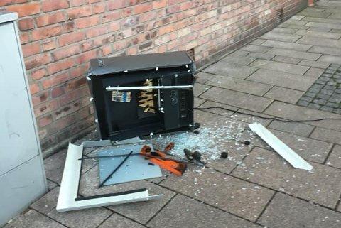 FARLIG NÆRE: Det var bare sekunder ifra at Anita Dahl ble truffet av denne gjenstanden som ble kastet ut fra et vindu i tredje eller fjerde etasje.