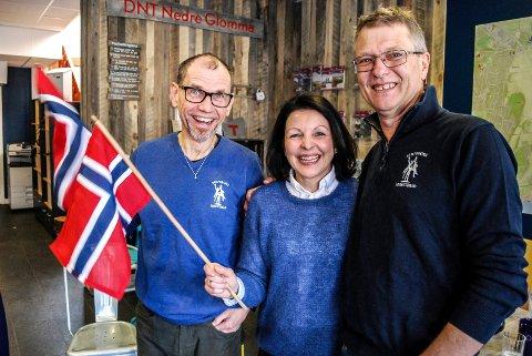 STOR JUBEL: Ole-Henrik Andersen, Bente Kjenstad Jæger og Kjell Einar Andersen jubler for at Sarpsborg skal arrangere NM-uka i 2021.