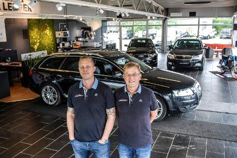 FLYTTET INN: Jon Tåle Kristiansen får god hjelp av sin far Bjørn Tåle Kristiansen til å drive Sarpsborg Bruktbil. Nå har de åpnet i nye lokaler rett ved siden av Stopp kjøpesenter.
