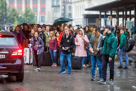 Passasjerer venter på taxi på Oslo S. Kraftig lyn og torden skaper togkaos på Østlandet. Vy melder at det ikke er nok alternativ transport til passasjene som vil benytte Østfoldbanen torsdag ettermiddag.