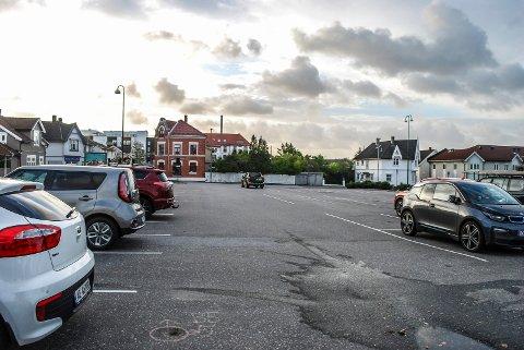 GRATIS: Det blir fortsatt gratis for el-biler å parkere på denne langtidsparkeringsplassen i sentrum – kvartal 270 der det tidligere var planlagt parkeringshus.