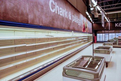 Eurocash butikken på Töcksfors Shoppingsenter bruker å ha et stort vareutvalg. Nå er butikken nødt til å ta inn mindre mat, samt redusere åpningstidene.