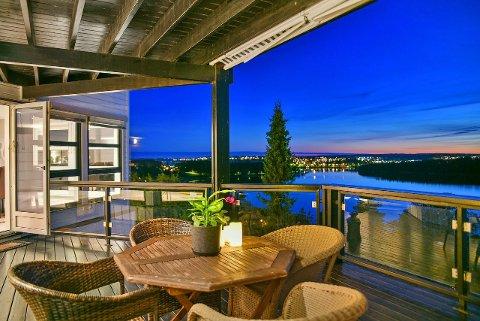 TUNEVANNET-UTSIKT: Utsikten fra verandaen drar opp prisen for denne boligen.