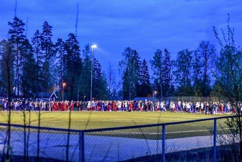 FOTBALLKAMP: Russ fra Askim- og Mysen videregående skoler hadde samlet seg på kunstgresset fredag kveld.
