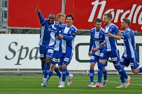 Endelig kunne Sarpsborg 08-spillerne juble for en seier i eliteserien igjen. Her feirer spillerne straffescoringen til Ibrahima Koné tidlig i 1. omgang. (Foto: Rune Stoltz Bertinussen, NTB)
