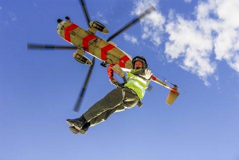 PÅ VEI NED: Dag-Jostein Andresen hadde nærmere 1.000 oppdrag som redningsmann i 330-skvadronen før det gikk galt. Her heises han ned fra Sea King-helikopteret, der han har over 4.000 flytimer.FOTO: Vebjørn Karlsen
