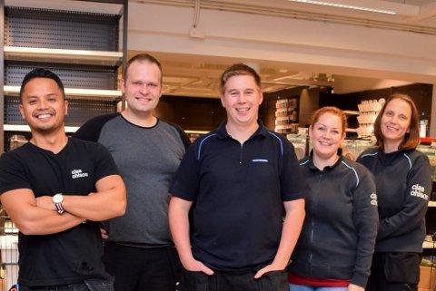 FÅR ROS: Butikksjef Jostein Engmark (midten) og resten av staben hos Clas Ohlson får ros for god kundeservice. ARKIVFOTO