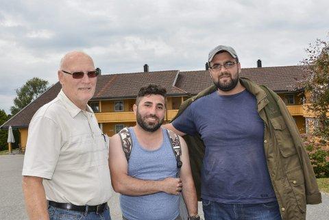 Bra tur: Vidar Sørby (f.v.), Sherzad Sofi Ali og Noraldin Razul er akkurat ankommet Trøgstad etter en fin ferie på Hvaler.