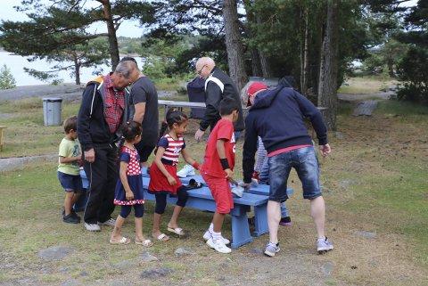 LEK: Barna gledet seg sammen med de voksne ute i det fri. Foto: Arnt Bostad