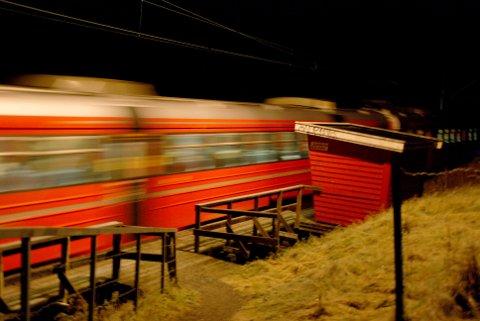 HISTORIE: Togstoppet på Langnes i Askim ligger i nærheten av et større boligfelt, men ble lagt ned for snart seks år siden. Plattformen ble revet i en fei like etter rutendringen.
