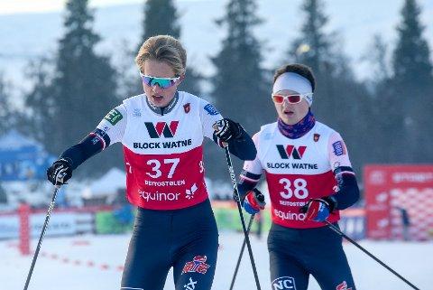 MEGET JEVNE: Her går Oskar Wøien fra Trøgstad Skiklubb med Johannes Løken fra Askim IF hakk i hæl. For første gang på mange, mange år hadde Indre Østfold representanter i senior-NM i kombinert.  FOTO: ERIK BORG