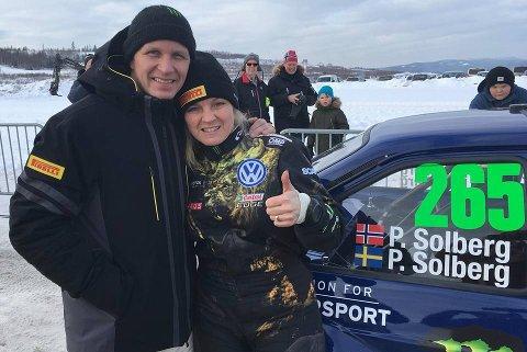 I FORM: Petter og Pernilla Solberg strålende fornøyde med andreplass i den historiske utgaven av Rally Sweden.