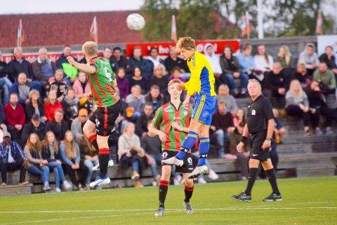 GOD: Trø/Bås høyrekant Peder Wøien (høyest) spilte en meget god kamp for de gule og blå.
