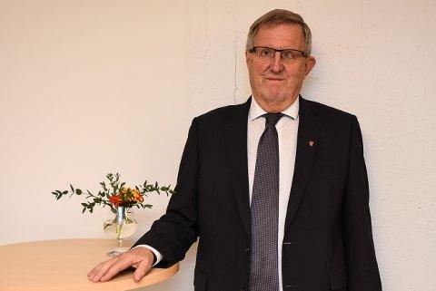 Tidligere ordfører i Skiptvet, Svein Olav Agnalt, mener kommunalministeren bør ta en pause med kommunesammenslåingene.
