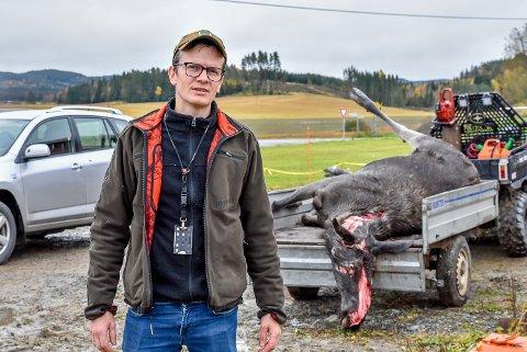 ULOVLIG FELLING: Pål Sindre Svae er ikke imponert etter at noen trolig har skutt en elgku fra veien i Trøgstad.