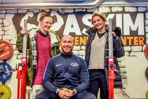 Marit Torhaug Jensen (38, t.h.) og Christine Sandvig (37 t.v.) har sønner som trener på treningsstudioet til Arild Kolshus (39, midten). De er storfornøyd med innsatsen 39-åringen gjør: – Han skaper et godt miljø, sier de to mødrene.