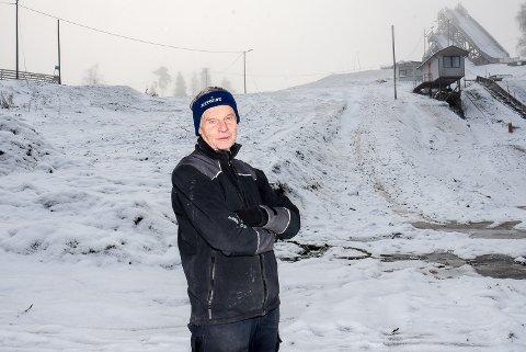 GLEDER SEG: Primus motor Jan Lindemark i Hobøl IL ser fram til at bakken bak ham skal bli til ferdig minialpinbakke. Neste vinter regner den utdannede sivilingeniøren det vil yre av liv her.