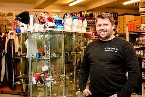 GÅR GODT: Stian Sørlie er både eier og daglig leder bedriften Stian Sørlie Motorsport i Spydeberg. Butikken går godt og omsetter for nærmere 20 millioner kroner i Norge. Nå har firmaet åpnet butikk i Sverige.