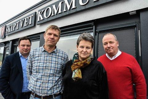 MER POSITIVE Varaordfører Lars Sæther (Ap) og ordfører Anne-Grethe Larsen (Sp)  flankeres av sine gruppeledere Tor Jacob Solberg (Sp) og Erik Th. Næss (Ap). I dag er de mer positive til en avtale med Indre Østfold kommune.