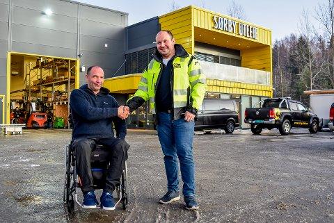 Sørby Utleie selger sitt gamle bygg til  Gravs Graveservice. Erik Sørby , styreleder i Sørby Utleie (t.v.) og John Erling Grav, daglig leder i Gravs Graveservice er fornøyd.