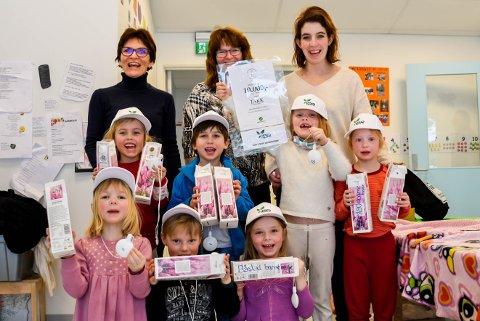 Søpler-avdelingen i Båstad barnehage feirer at de har vunnet 10.000 kroner i melkekartonglotteriet. Fremste rekke fra venstre: Marlene Weydahl (5), Vega Stokkeland (5), Iver Westgaard (5), Emma Martha-Carolin Myhrer (5). Rekken i midten fra venstre: Sara Kristin Solbakken (5), Aleksander Kleven-Felloni (5) og Eira Louise Einan Mortensen (6). Og de vokse på bakerste rekke fra venstre: Anne Hammeren Skofsrud virksomhetsleder i Båstad barnehage, Britt Karin Nes Axelsen assistent i Båstad barnehage og Madeleine Joten pedagogisk leder på Søpler-avdelingen i Båstad barnehage (barn 5 til 6 år).