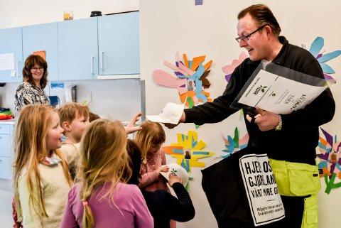 Jan Erik Lysaker fra IØR deler er i Båstad barnehage for å dele ut kapser og 10.000 kroner som barnehagen har vunnet i melkekartonglotteri.