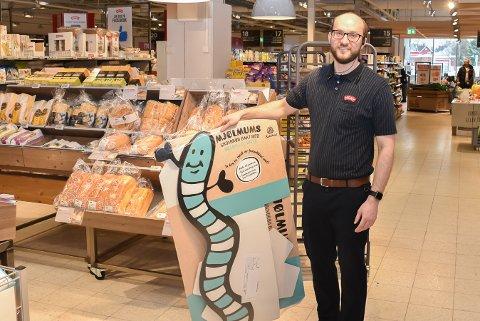 Lukas Krzemien er spent på hvordan kundene vil ta i mot det nye larvebrødet og snacksposen med tørkede chillilarver.