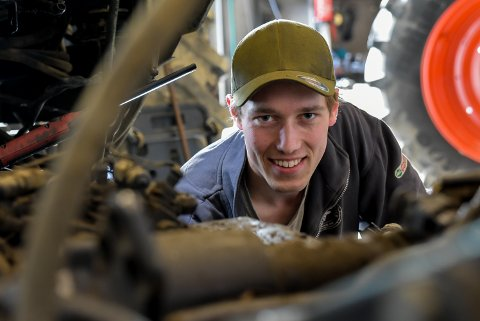 Anders Myhre (23) er glad han ble landbruksmekaniker, det er et fag som trenger flere folk.