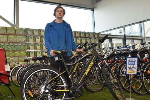 Marius Sørum hos Biltema sier at tyven tok en slik sykkel mandag kveld. Disse elsyklene koster totalt 10.000 kroner.