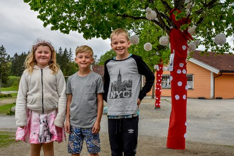 Aggie Bergesdatter (8, f.v.), Robin K. Larsen (8) og Lian Gjeten Strand (8) har dekorert trærne på skoleplassen.