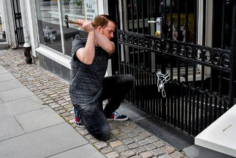 Didrik Gunnestad (24) fant seg ikke i å bli låst ute fra egen butikk og slo i stykker hengelåsen.