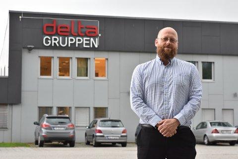 Administrerende direktør for Deltagruppen, Rune Kyrdalen, er redd for at færre flyktninger kommer seg ut i jobb hvis kommune overtar voksenopplæringen.