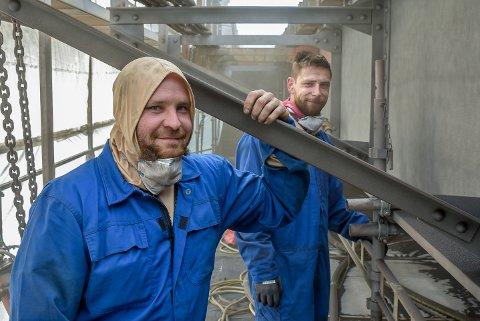 Slava Dorzinik (32, t.v.) og Tom Jurmalis (29) trives på med å oppruste den gamle broen.