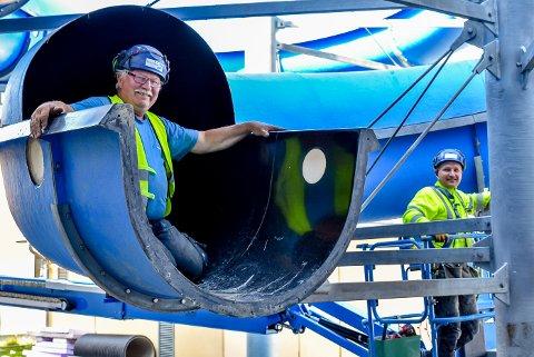 – Å bygge vannsklier er som å bygge lego, bare litt vanskeligere, smiler Mikke Stahlberg (t.v.). Her er han sammen med kollega Marek Bacik.