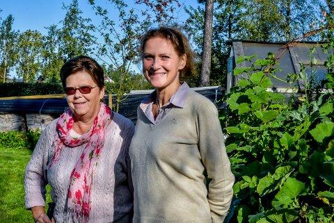 Marianne Solheim Lilleaas (52, t.h.) er leder av Mysen og Eidsberg hagelag. Hun og Jorunn Lunde Johansen (73) levende opptatt av hage og blomster. Nå håper de andre hage interesserte skal være med dem å drive laget videre.