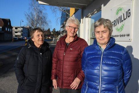 MIDT I GATA: Berit Kvisler, Toril Karlsen og Torill Ringstad Nilsen i Skiptvet frivilligsentral.