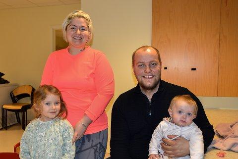 ØKER FOLKETALLET: Jeanette Martinez (28) og Martin Andorsen (26) sammen med barna Valentina (5) og Othilie (8 mnd.)