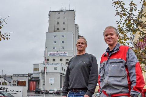 Mysen Kornsilo og Mølle og de andre møllene i Indre Østfold har hatt ett godt år. Men daglig leder Helge Bakke (t.v.) og silosjef Roy Øvergård var nervøse i starten av sommeren.