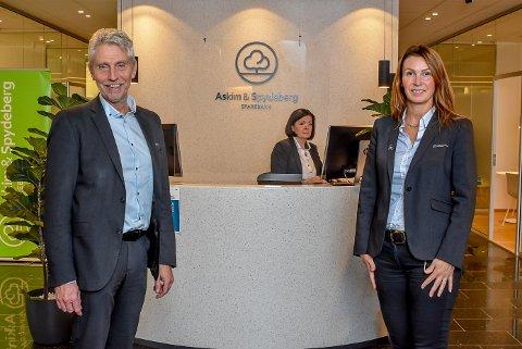 Administrerende banksjef i Askim og Spydeberg Sparebank, Rune Hvidsten og tillitsvalgt i banken Linda Stensby er glad for at de har funnet en måte å avholde julebord på.