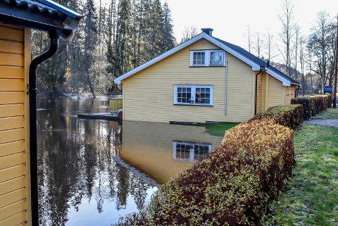 Vannet fra Hobølelva er nesten kommet inn i huset til Jostein Kopperud.