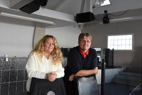GÅRDEIERE: Cathrin og Per Christian Anfinnsen representerer selskapet som eier lokalene til den gamle brannstasjonen i Askim. Her avbildet i forbindelse med kjøpet av eiendommen høsten 2020.